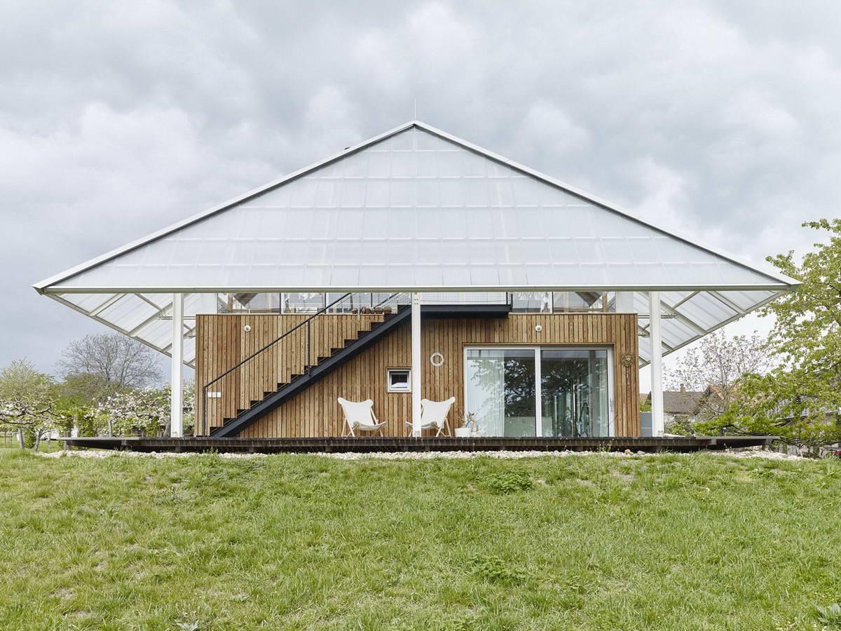 Деревенский дом с теплицей на крыше