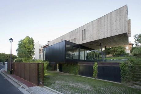 Дом с двумя консолями во Франции