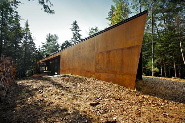 Дом уединился в густом лесу на