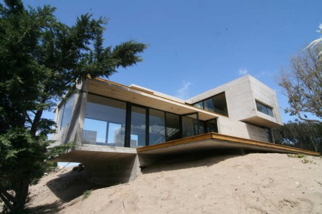 Бетонный дом на берегу