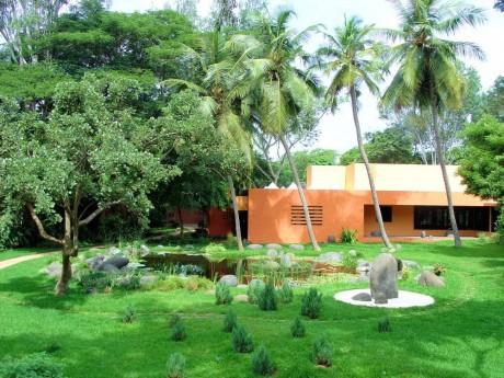 Дом в саду в Индии