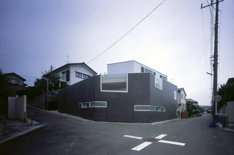 Этот двухэтажный дом построен на углу