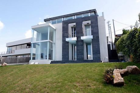 Чёрно-белый дом в Испании