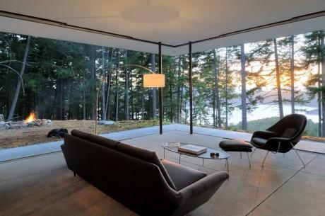 Лесной дом у склона в США