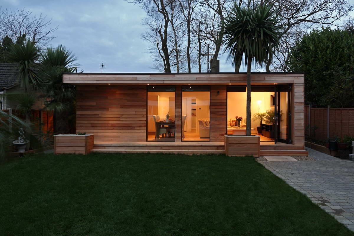У дома современная архитектура и