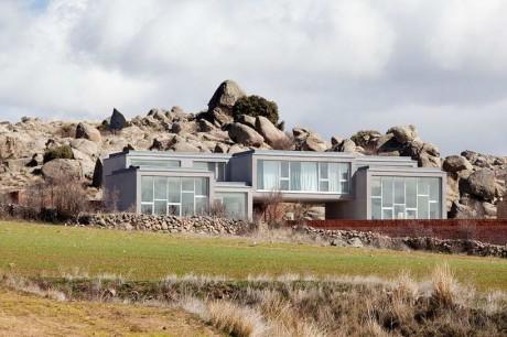 Дом у камней в Испании