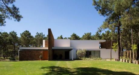 Дом у озера в Португалии