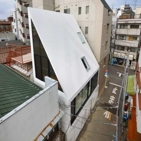 Дом с острой крышей в Японии