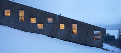 Три дома на склоне в Швеции