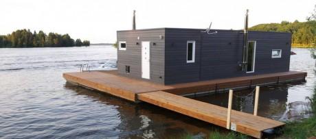 Дом на реке в России