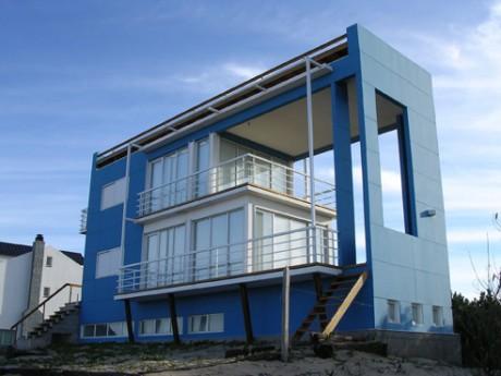 Синий дом на берегу океана