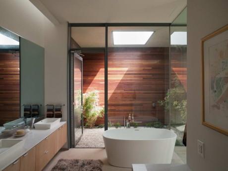 Ванная комната с приватным двориком и садом