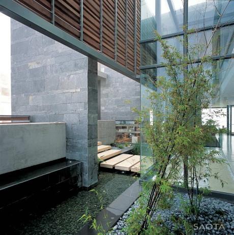 Внутренний двор с садом и прудом