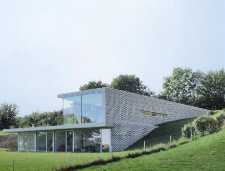 Проект двухэтажного дома на склоне с плоской крышей