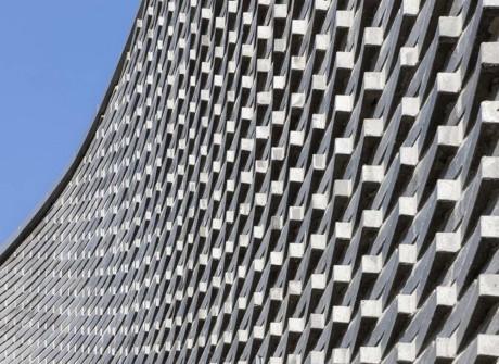 Кирпичная узорная стена сложной формы