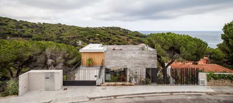 Бетонный дом на крутом склоне в Испании