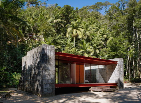 Дом Рио Бонито (Rio Bonito House) в Бразилии от Carla Juacaba.