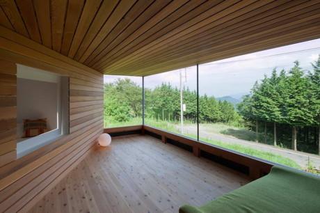 Деревянный дом на склоне