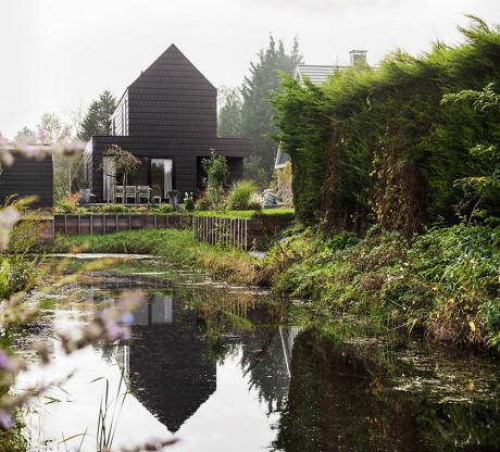 Загородный дом чёрного цвета в Голландии
