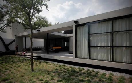 Минималистский бетонный дом с плоской крышей в Мексике