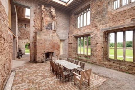 Реконструкция замка в Англии