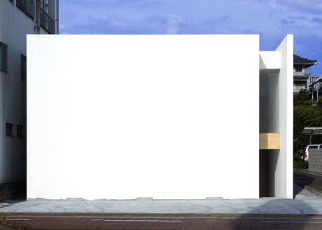 Белый минималистский городской дом в Японии