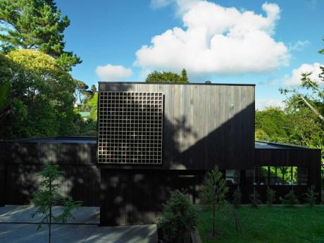 Деревянный дом-дача на сложном рельефе в Новой Зеландии