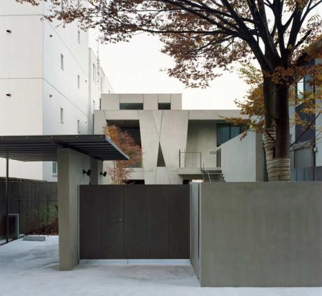 Бетонный дом со двором в Японии