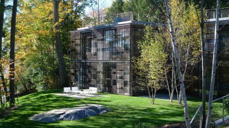 Два ландшафтных дома у озера в США
