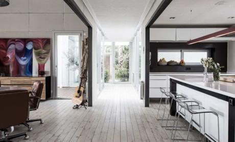 Металлический белый дом в Испании