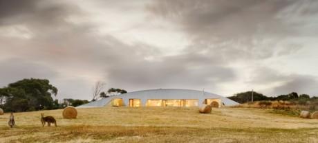 Дом с приусадебным участком (Croft House) в Австралии от James Stockwell Architect.