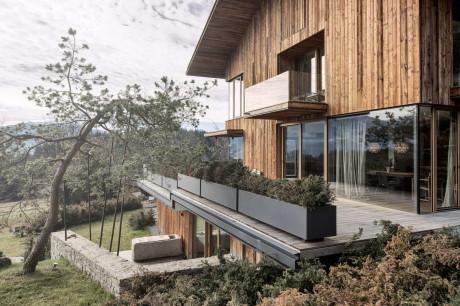 Деревянный альпийский дом в Австрии с традиционным архетипом
