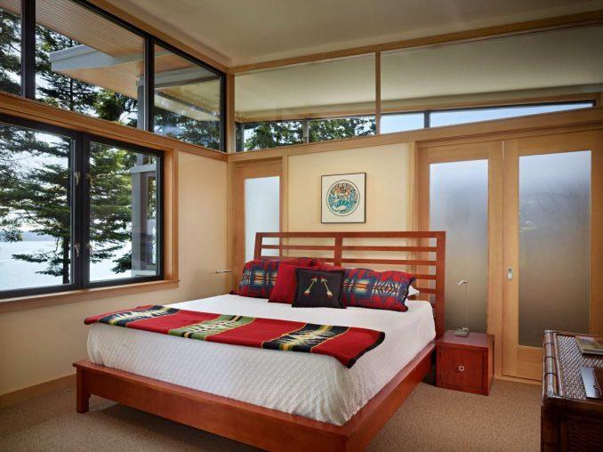 Лесной дом на берегу в США