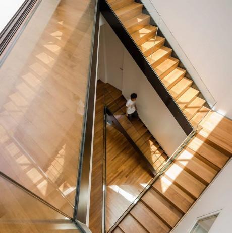 Необычная лестница в современном доме