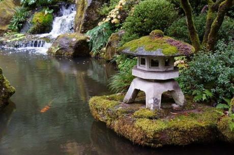 Японские фонарики в японском саду