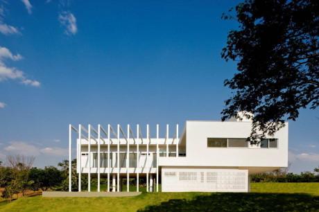 Дом среди быков (Casa do Boi) в Бразилия от Leo Romano.