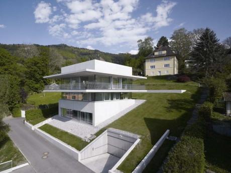 Дом из стекла и бетона на склоне в Австрии