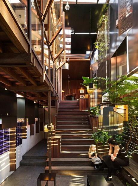 Casey и Rebekah Vallance, семья молодых архитекторов, закончивших университет Квинсленда, разработали и построили этот дом для себя и двух своих детей.