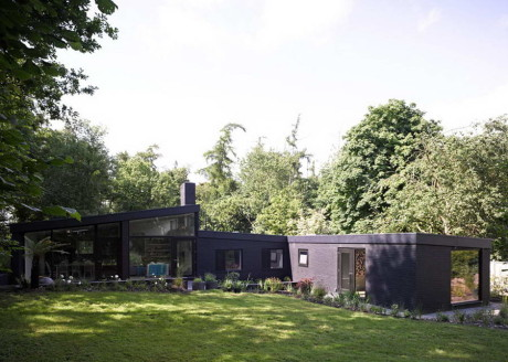 Чёрный кирпичный лесной дом в Англии