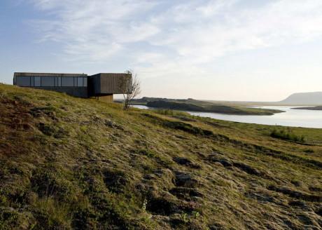 Дом на холме в Исландии