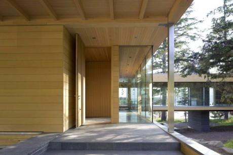 Деревянный дом на острове в Канаде