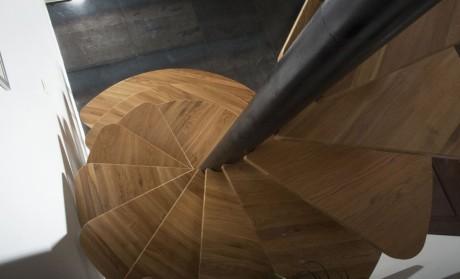 Деревянная спиральная лестница (Wooden spiral staircase) во Франции от Paul Coudamy.