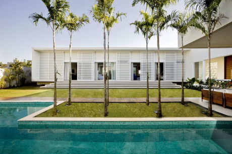 Дом вокруг двора в Бразилии