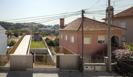 Бетонный дом на склоне в Португалии