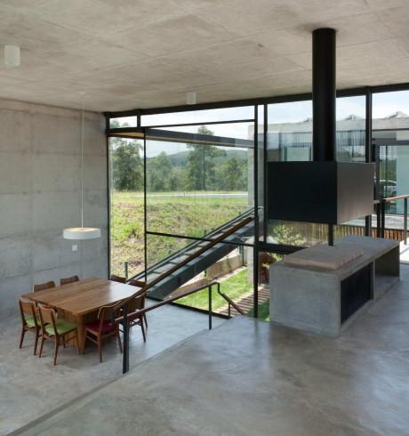 Резиденция Итаи (Itahye Residence) в Бразилии от Apiacas Arquitetos и Brito Antunes Arquitetura.
