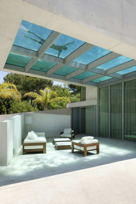 Дом с бассейном на крыше
