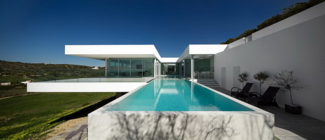 Вилла на откосе (Villa Escarpa) в Португалии от Mario Martins.