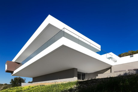 Минималистский дом на склоне в Португалии