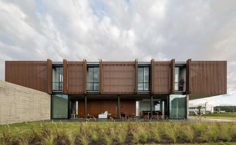 Дом XAN (XAN House) в Бразилии от MAPA Architects.