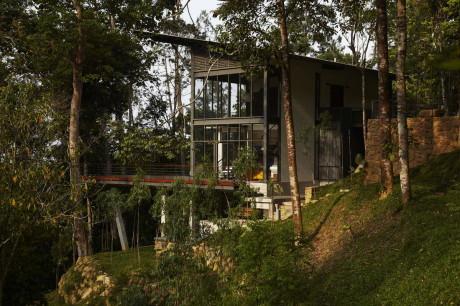 Стеклянный дом на лесном склоне в Малайзии